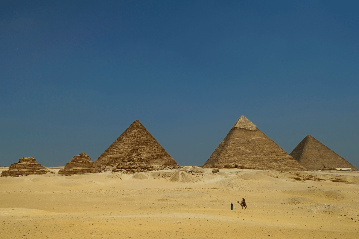 who built the pyramids of egypt